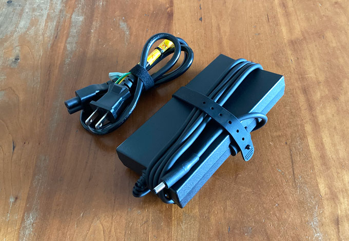 ACアダプターは電源コード込みで約500g