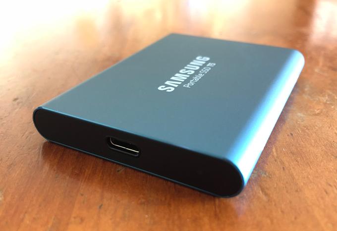 コネクターは「USB 3.1 Gen2対応Type-C」
